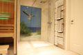 Große bodengleiche Dusche mit Glasbild