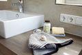 Modernes Aufsatzwaschbecken mit Ablage