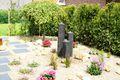 Romantischer Garten mit Wasserspiel an der Frühstücksterrasse